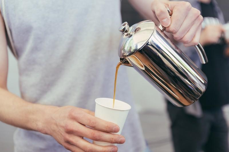 Kaffee in die Tasse füllen